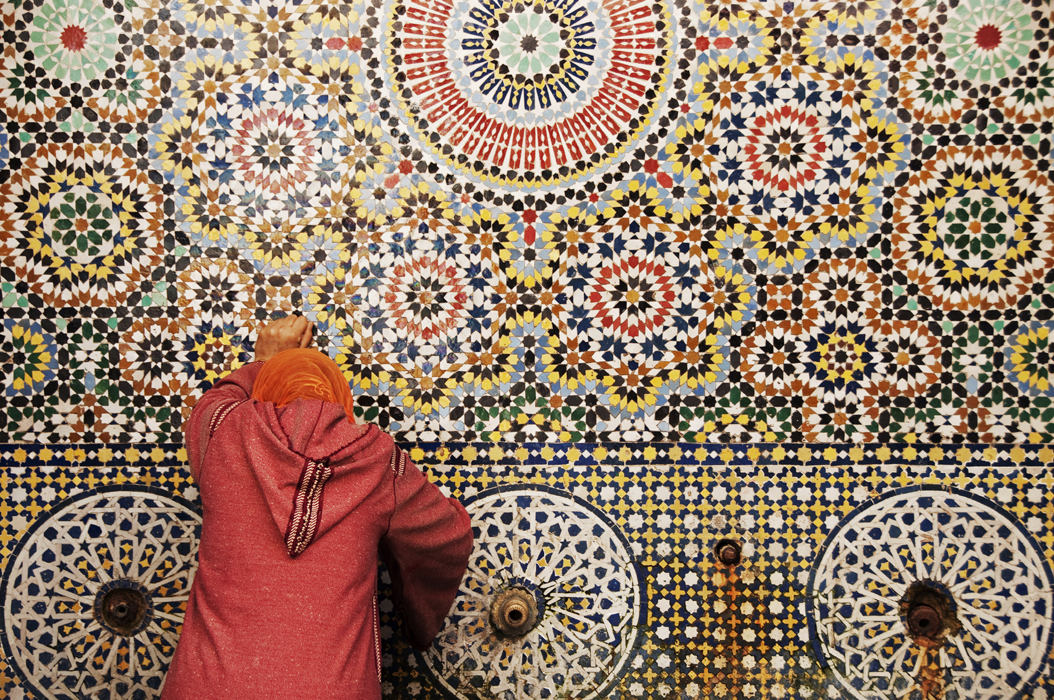 1juancarlosgarcialorenzo-photography-flickr-morocco-fez-womanandfountainzellij