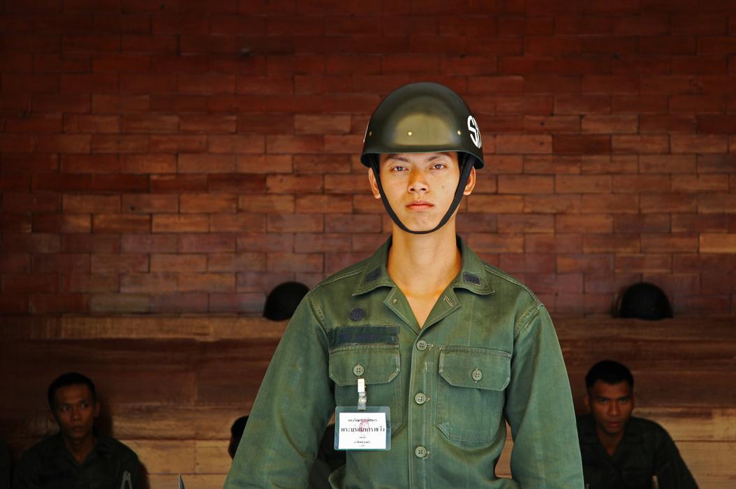 2 juancarlosgarcialorenzo-photography-flickr-thailand-bangkok-grandpalace-youngsoldier
