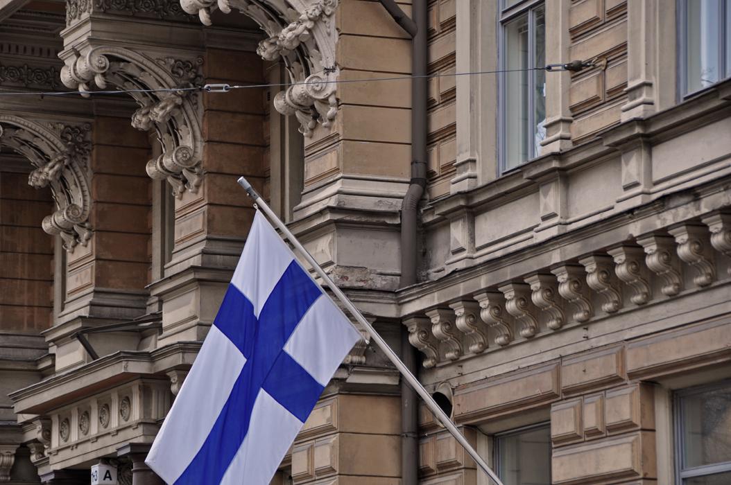 Helsinki. Façade and flag DSC_1329 P